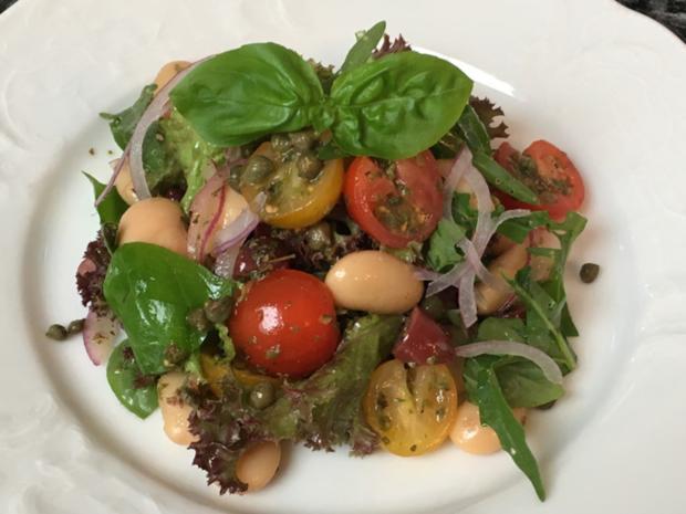 Salat von Rucola & Lollo rosso mit Riesenbohnen, Oliven und Kapern - Rezept - Bild Nr. 2