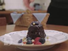 Schokoladen-Ricotta Kuchen (geschichtet mit Mascarponecreme) mit gezuckerten Blümchen - Rezept - Bild Nr. 2