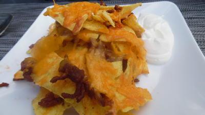 Tortilla-Chips mit Hackfleisch, Käse und Schmand-Dip - Rezept - Bild Nr. 2