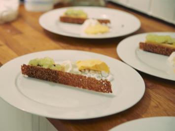 Rezept: Apfelparfait auf Schokoladenbrownie mit Sesamtuiles, Apfelgranita und Vanille Eis