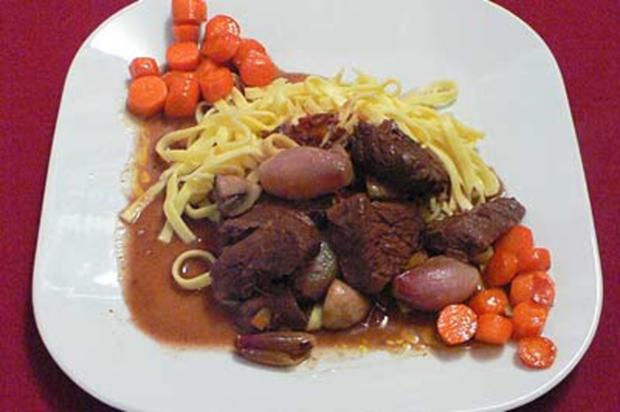 Boeuf Bourguignon auf Nudelbett mit karamellisierten Karotten - Rezept