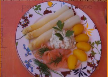 Spargel mit Drillingen, Räucherlachs und pikanter Garnelen-Jogurt-Sauce - Rezept - Bild Nr. 2
