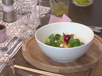 Rezept: Frischer Feldsalat mit Orangenfilets und Feta – dazu ein Gemüse-Muffin