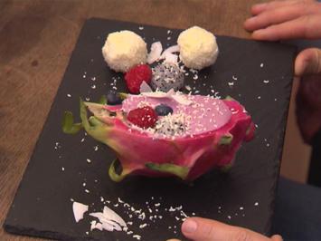 Smoothie Bowl in Drachenfrucht und selbstgemachte Cocos-Kugel - Rezept - Bild Nr. 2