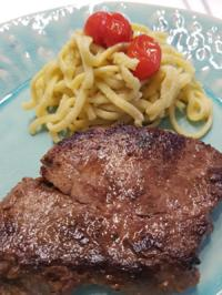 Fleisch / Rind = Filetsteak gebraten nach eigenem Gusto auf Knoblauch à la Biggi - Rezept - Bild Nr. 5992