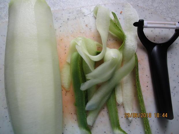 Hähnchenbrust m. Filet zu Bandnudeln aus Zucchini/Möhren und Tomatensauce - Rezept - Bild Nr. 6037