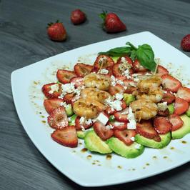 Avocado-Erdbeer-Carpaccio mit Garnelenspießen und Feta - Rezept - Bild Nr. 6051