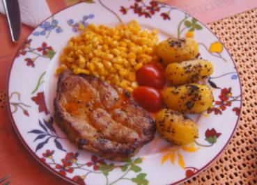 Rezept: Schweinenackensteak mit Buttermais und Gewürz-Kartoffeln