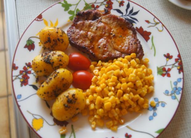 Schweinenackensteak mit Buttermais und Gewürz-Kartoffeln - Rezept - Bild Nr. 6067