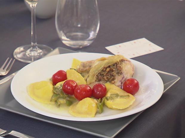 Maispoulardenbrust mit Walnuss und Rosmarin an Ravioli in Zitronen-Weißwein-Sauce - Rezept - Bild Nr. 2