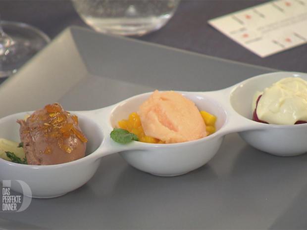 Dessert-Trilogie: Dunkle Mousse mit Chili, weiße Mousse mit Himbeeren und Fruchtsorbet - Rezept - Bild Nr. 2