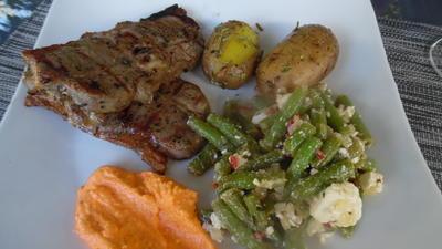 Lammrücken vom Grill, scharfer Feta-Bohnensalat und Ajvar-Feta-Creme - Rezept - Bild Nr. 2