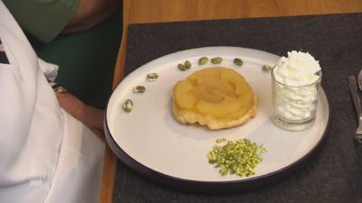 Rezept: Tarte Tatin mit Vanilleeis und Sahne