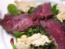 Gepökeltes Rinderfilet auf Feldsalat mit Parmesanchips, Zwiebelbrot und Chutney - Rezept - Bild Nr. 3