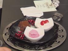 Granatapfeleis mit  Baisersahne und Erdbeeren dazu Brownie mit heißer Schokoladensoße - Rezept - Bild Nr. 2