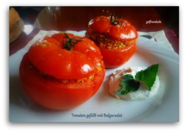 Rezept: Gebackene Tomaten gefüllt mit Bulgursalat und Minzjoghurt