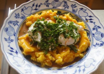 Pochierte Eier mit Kräutern, gelben Kartoffelstampf und Sauce - Rezept - Bild Nr. 6074