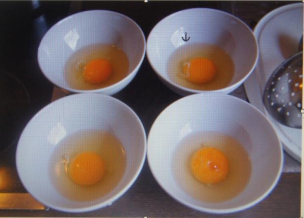 Pochierte Eier mit Kräutern, gelben Kartoffelstampf und Sauce - Rezept - Bild Nr. 6084