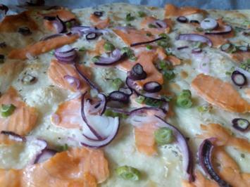 Flammkuchen mit Lachs und rotem Zwiebel - Rezept - Bild Nr. 6074