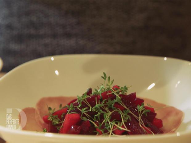 rote bete apfel salat auf schinkenbett mit ger stetem buchweizen rezept mit video. Black Bedroom Furniture Sets. Home Design Ideas