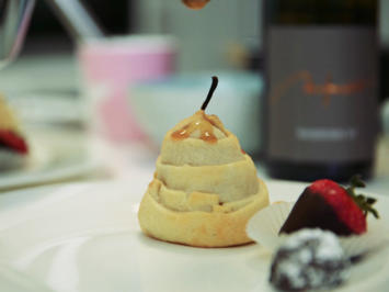 Beschwipste Birne im Teigmantel mit Walnusseis und süßem Fruchtregen - Rezept - Bild Nr. 2