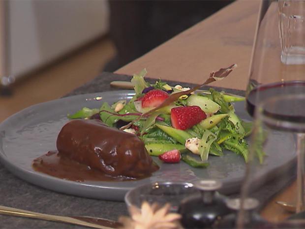Kalbsroulade mit lauwarmem Sommersalat, Parmasegel und selbstgemachtem Baguette - Rezept - Bild Nr. 6096