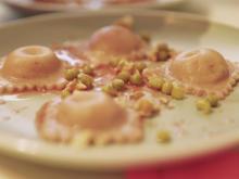 Rote Bete Ravioli mit Minze-Walnuss-Pesto auf Borscht-Reduktion - Rezept - Bild Nr. 6112