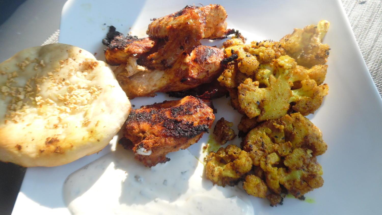 huhn und blumenkohl indisch vom grill mit joghurt minz dip rezept. Black Bedroom Furniture Sets. Home Design Ideas