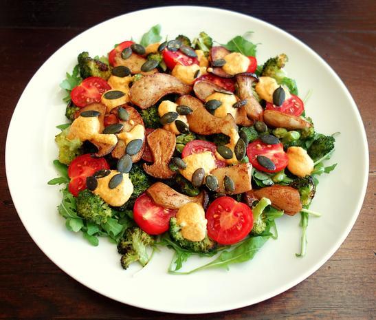 brokkoli salat mit pilzen und rauchigem paprika nuss dressing rezept. Black Bedroom Furniture Sets. Home Design Ideas