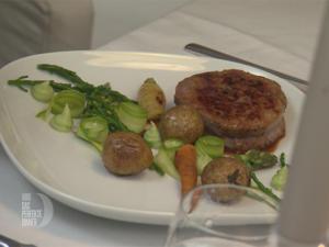 """Filetsteak mit einem """"Gemüsebeet"""" und Babykartoffel auf Kalbsjus - Rezept - Bild Nr. 2"""