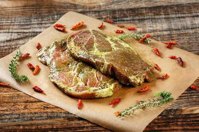 Rezept: Schweinenacken mit Senf und Grill-Gewürzen