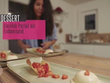 Rezept: Eierlikörparfait mit Erdbeer-Rosmarin-Salat in der Hippe