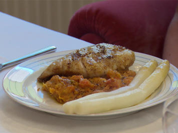 Rezept: Kabeljaufilet an Süßkartoffelstampf mit Currybutter und frischen Spargel