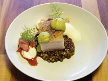 Rezept: Schweinebauch mit Erbse, Ziegenkäse mit weißem Tomatenschaum (Simon Tress)