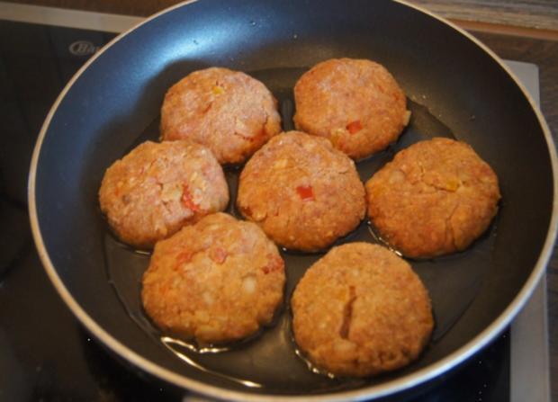 Herzhafte Buletten mit pikanter Sauce, Möhren-Mais-Gemüse und Kurkuma-Kartoffeln - Rezept - Bild Nr. 6236