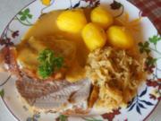 Schweineschinkenbraten mit pikanter Sauce, herzhaften Sauerkraut und Kümmel Kartoffeln - Rezept - Bild Nr. 6232