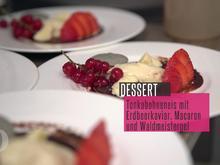 Tonkabohneneis mit Erdbeerkaviar und Kaffee-Macaron an Waldmeistergel - Rezept - Bild Nr. 2