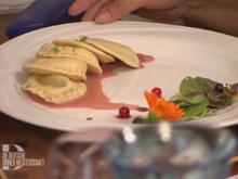 Hausgemachte Ravioli-Triologie auf rotem Spiegel an sommerlicher Wiese - Rezept - Bild Nr. 2
