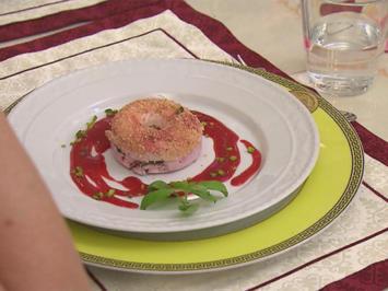Rezept: Quarkdonuts mit Basilikumpesto, Erdbeersoße und Amarettinikrümeln