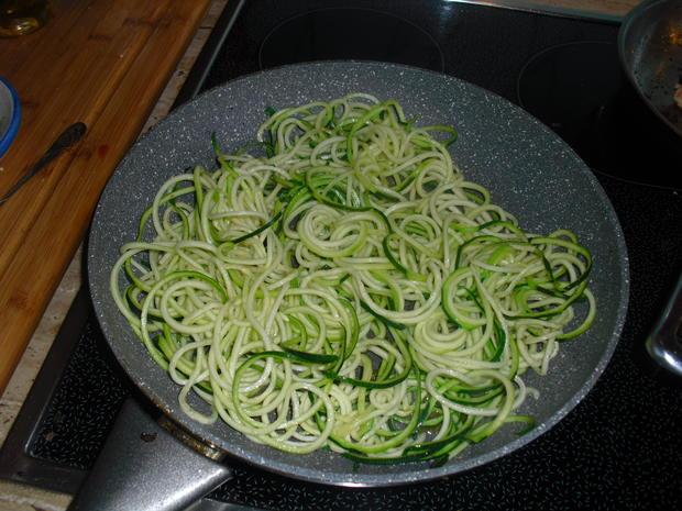 Fischer Lachs (mit Haut) an Zucchini Spagetti und Dip - Rezept - Bild Nr. 6291