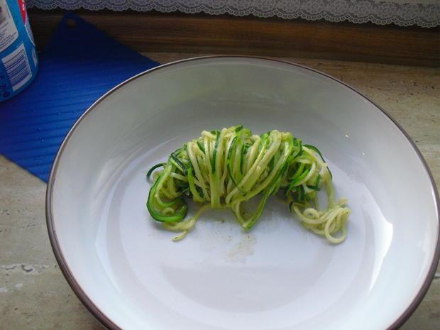 Fischer Lachs (mit Haut) an Zucchini Spagetti und Dip - Rezept - Bild Nr. 6293
