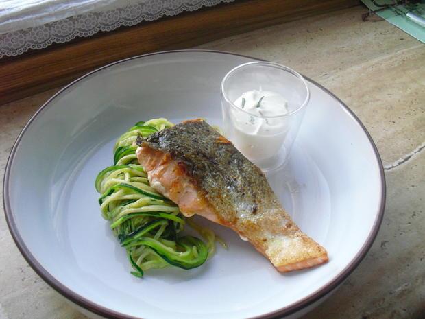 Fischer Lachs (mit Haut) an Zucchini Spagetti und Dip - Rezept - Bild Nr. 6295