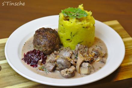 Wildschweinklopse mit frittiertem Rosmarin-Kürbis-Kartoffelstampf - Rezept - Bild Nr. 6318