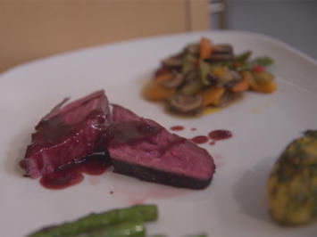 Vogel Strauß an Rotweinsoße trifft auf lauwarmen Gemüsesalat - Rezept - Bild Nr. 6318