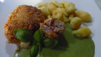 Rezept: Schweinefilet-Röllchen, Spinat-Gorgonzolasoße und Gnocchi