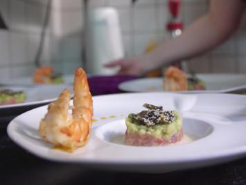 Thunfischtatar, Avocado-Apfel-Tatar, Sesamkaramell und Black Tiger - Rezept - Bild Nr. 2