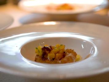 Rezept: Gebackene Rotkopfgarnele, Mango-Papaya-Confit und Wasabi-Soja-Pflaumensauce