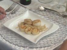 Jakobsmuscheln und Palmherzen auf einer Enoki-Matte - Rezept - Bild Nr. 2