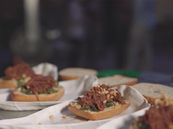 Bierige gerupfte Sau im Burgerbrötchen mit Bamberger Kimchi-Wirsching und Schweinepopcorn - Rezept - Bild Nr. 2