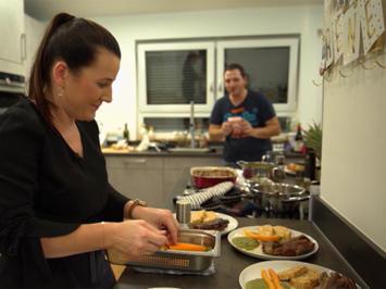 Rezept: Ofenschäuferla mit Honigkruste mit Omas Serviettenkloß, fränkischem Wirsing